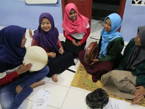 KKN IIQ Melatih Hadroh Remaja Masjid Sapon