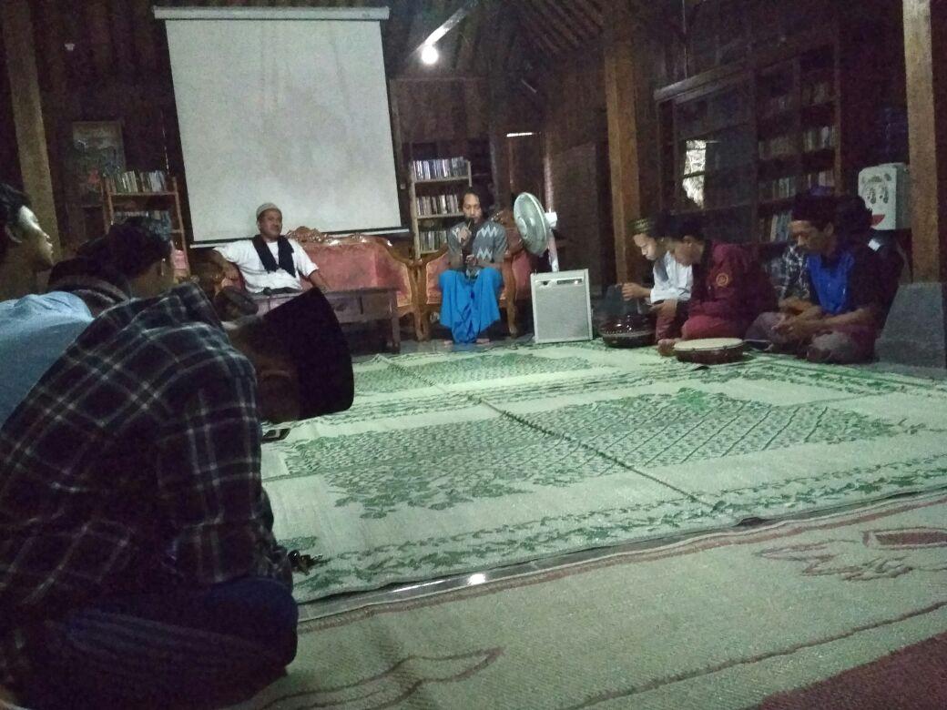 Ngabuburit: Kiai Koeswaidi Kenalkan Sufi, Musik, dan Puisi kepada Puluhan Peserta Diskusi